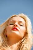 Hübsches Mädchen auf Strand Lizenzfreie Stockbilder