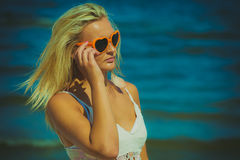 Hübsches Mädchen auf Strand Stockbild