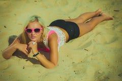 Hübsches Mädchen auf Strand Lizenzfreie Stockfotografie