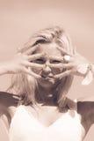 Hübsches Mädchen auf Strand Stockfotografie
