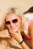 Hübsches Mädchen auf Strand Lizenzfreie Stockfotos