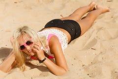 Hübsches Mädchen auf Strand Stockbilder