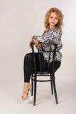 Hübsches Mädchen auf Stuhl Stockfotografie