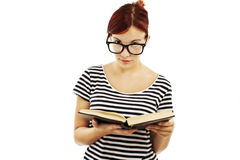 Hübsches Mädchen, das über der Oberseite ihrer Gläser schaut Lizenzfreie Stockbilder