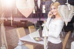 Hübsches Mädchen, das auf dem Mobile spricht Lizenzfreies Stockbild