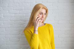Hübsches Mädchen, das auf dem Mobile spricht Lizenzfreies Stockfoto