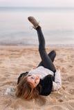 Hübsches Mädchen, das auf dem Strand aufwirft Lizenzfreie Stockbilder