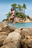 Hübsches Mädchen, das auf dem Strand aufwirft Lizenzfreies Stockbild