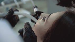 Hübsches Mädchen, das auf den Zähnen reinigen Behandlung liegt 4K stock footage