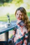 Hübsches Mädchen, das auf Natur stillsteht Lizenzfreies Stockbild