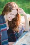 Hübsches Mädchen, das auf Natur stillsteht Stockfotografie