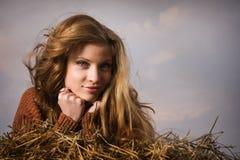 Hübsches Mädchen, das auf Strohballen stillsteht Stockfotos