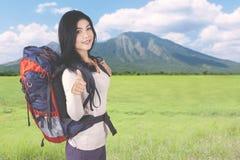 Hübsches Mädchen, das Daumen oben im Berg zeigt Lizenzfreie Stockfotos