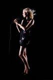 Hübsches Mädchen, das an der Partei singt auf Schwarzem Lizenzfreie Stockbilder