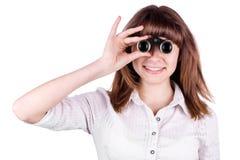 Hübsches Mädchen, das durch Binokel schaut Lizenzfreie Stockfotos