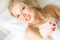 Hübsches Mädchen, das ein Bad nimmt Stockbild