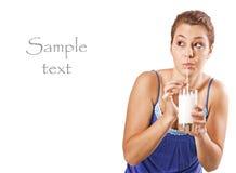 Hübsches Mädchen, das ein Glas Milch trinkt Lizenzfreie Stockfotos