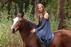 Hübsches Mädchen, das ein Pferd ohne irgendeine Ausrüstung reitet lizenzfreie stockfotografie