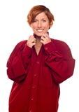Hübsches Mädchen, das ein warmes rotes Kordsamt-Hemd trägt stockfotografie