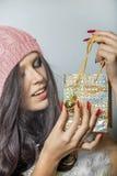 Hübsches Mädchen, das eine glänzende Tasche für Geschenk hält Lizenzfreie Stockfotos