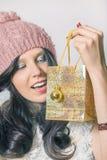 Hübsches Mädchen, das eine glänzende Tasche für Geschenk hält Stockfotos