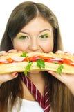 Hübsches Mädchen, das einen Hamburger isst Stockbilder