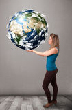 Hübsches Mädchen, das Erde des Planeten 3d hält Lizenzfreie Stockbilder