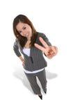 Hübsches Mädchen, das Friedenszeichen gibt Lizenzfreie Stockfotografie