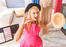 Hübsches Mädchen, das Headwear für Klotz darstellt Lizenzfreies Stockbild