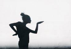 Hübsches Mädchen, das herum ägyptischen Tanz auf weißem Wandhintergrund zeigt Stockbilder