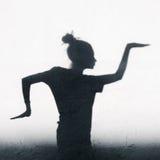 Hübsches Mädchen, das herum ägyptischen Tanz auf weißem Wandhintergrund zeigt Lizenzfreies Stockfoto