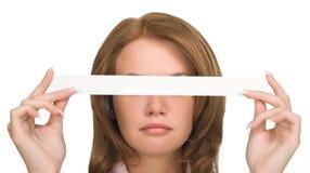 Hübsches Mädchen, das ihre Augen versteckt Stockbilder