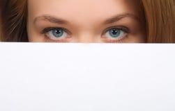 Hübsches Mädchen, das ihre Gesichtsnahaufnahme versteckt Lizenzfreie Stockfotografie