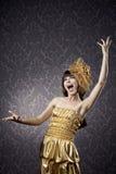 Hübsches Mädchen, das im bezaubernden Hintergrund singt Lizenzfreies Stockfoto