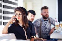 Hübsches Mädchen, das im Café sitzt Stockfoto