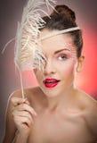 Hübsches Mädchen, das im Studio auf weißem Hintergrund aufwirft Stockfoto