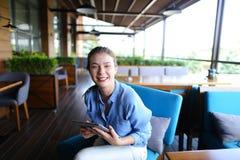 Hübsches Mädchen, das mit Tablette am Café arbeitet lizenzfreies stockbild