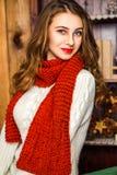 Hübsches Mädchen, das mit Weihnachtsgeschenken sitzt Lizenzfreie Stockfotos