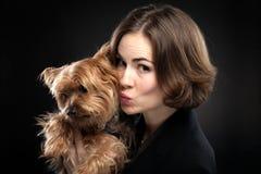 Hübsches Mädchen, das netten Hund küsst Stockfoto
