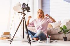 Hübsches Mädchen, das okayzeichen zeigt Lizenzfreies Stockfoto