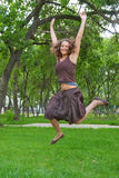 Hübsches Mädchen, das in Park springt Stockfotos