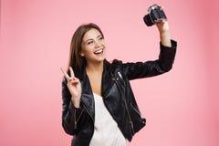 Hübsches Mädchen, das selfie auf alter Rollfilmkamera nimmt Stockfoto