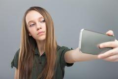 Hübsches Mädchen, das selfie tut Lizenzfreies Stockfoto