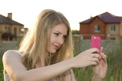 Hübsches Mädchen, das sich fotografiert Stockbild