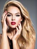 Hübsches Mädchen, das am Studio mit dem langen weißen geraden Haar aufwirft stockbilder