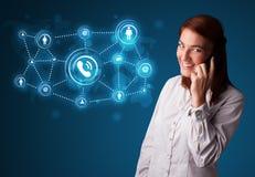 Hübsches Mädchen, das Telefonaufruf mit Sozialnetzikonen macht Stockbilder