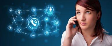 Hübsches Mädchen, das Telefonaufruf mit Sozialnetzikonen macht Lizenzfreie Stockfotografie