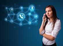 Hübsches Mädchen, das Telefonaufruf mit Sozialnetzikonen macht Stockbild