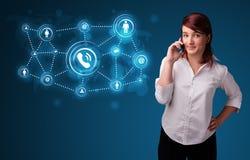 Hübsches Mädchen, das Telefonaufruf mit Sozialnetzikonen macht Lizenzfreie Stockbilder