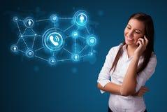 Hübsches Mädchen, das Telefonaufruf mit Sozialnetzikonen macht Lizenzfreies Stockfoto